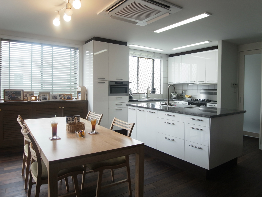 NO23.天然素材を使用したアイランドキッチンの家