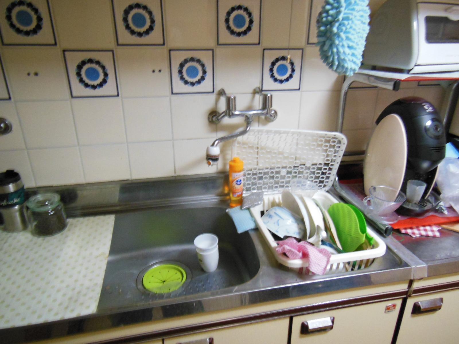 NO98.赤が映えるキッチンのマンションリフォーム施工前1