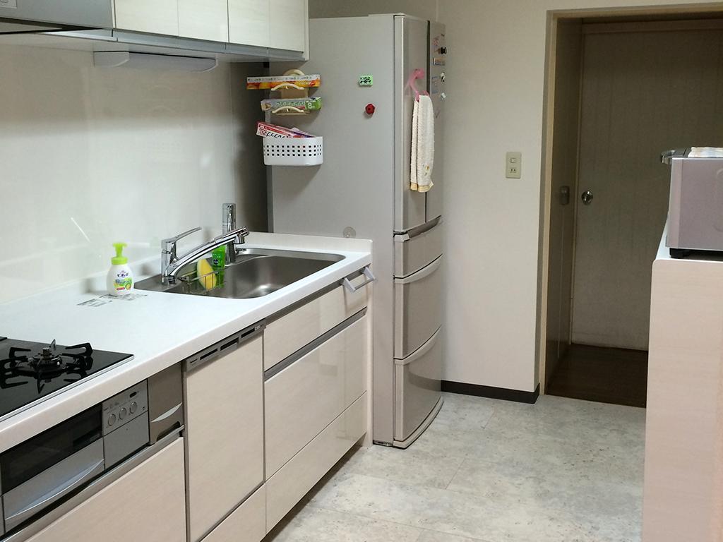 NO100.白で明るく洗練されたキッチンに