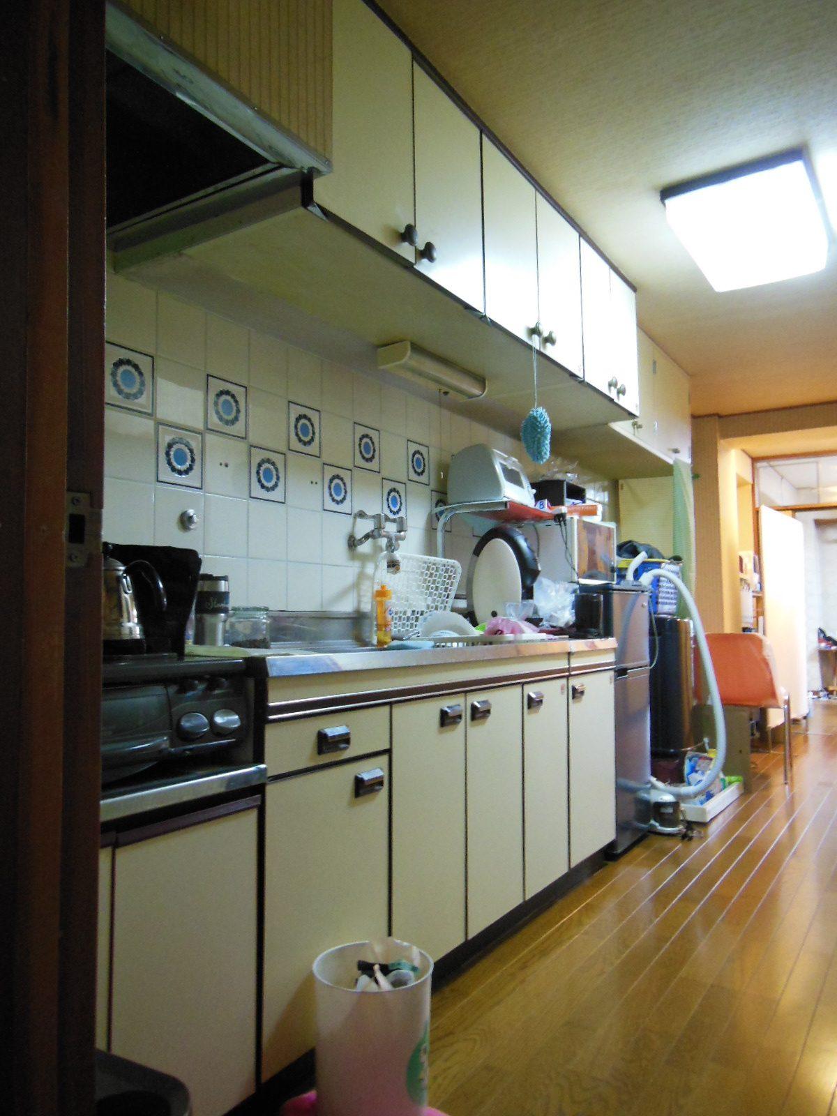 NO98.赤が映えるキッチンのマンションリフォーム施工前3